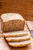 Skivat bröd för helt vete på skärbräda Royaltyfri Foto