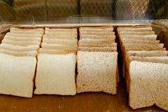 Skivat bröd i en ask arkivbild