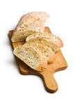 Skivat bröd på skärbräda Royaltyfri Fotografi