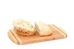 Skivat bröd som ligger på skärbräda Royaltyfri Bild