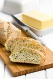 Skivat bröd på skärbräda Arkivfoto