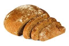 Skivat brunt bröd på vit bakgrund arkivbild