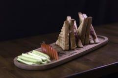 skivat cheddar- och varmkorvrostat bröd för frukost fotografering för bildbyråer
