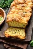 Skivat fuktigt bröd för grönsak arkivbild