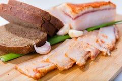 Skivat griskött med vitlök och kryddor på tabellen Arkivbild