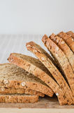 skivat helt för bröd korn Arkivbilder