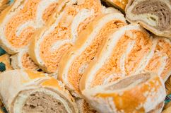 Skivat hemlagat bröd i en vävd korg royaltyfria foton