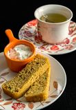 Skivat hemlagat väsentligt bröd och en ricottachessesås med ett te royaltyfri bild