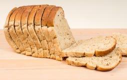 Skivat kärnat ur brunt bröd släntrar Royaltyfri Foto