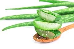 Skivat och bladet av ny aloe vera med aloe vera stelnar produc Royaltyfri Fotografi