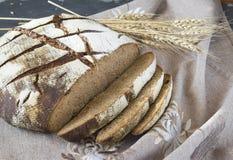 Skivat rågbröd på den gråa servetten Arkivfoto