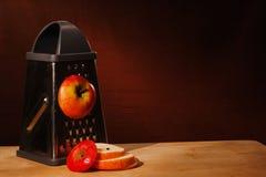 Skivat rött äpple på rivjärnet royaltyfri foto
