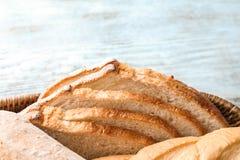 Skivat smakligt bröd i korgen, closeup royaltyfri bild