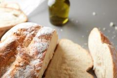 Skivat smakligt bröd på grå bakgrund, closeup arkivbilder