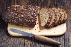 skivat svart bröd Arkivfoto