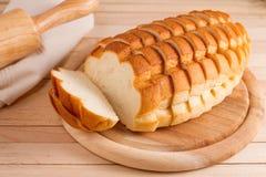 Skivat vitt bröd på den wood plattan Royaltyfri Fotografi