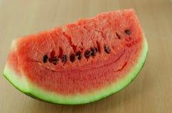 Skivavattenmelon på wood plattabakgrund Royaltyfria Bilder