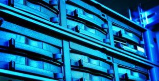 Skivminnecloseup i modern datorhall Blå toning Royaltyfri Foto