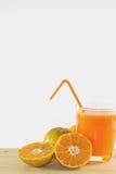 Skivor av apelsinen med orange fruktsaft som är ny i exponeringsglas arkivbilder