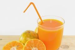 Skivor av apelsinen med orange fruktsaft som är ny i exponeringsglas royaltyfri foto