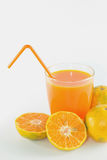 Skivor av apelsinen med orange fruktsaft som är ny i exponeringsglas royaltyfria foton