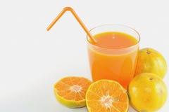Skivor av apelsinen med orange fruktsaft som är ny i exponeringsglas royaltyfri bild