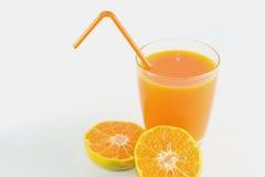 Skivor av apelsinen med orange fruktsaft som är ny i exponeringsglas royaltyfria bilder
