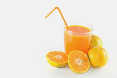 Skivor av apelsinen med orange fruktsaft som är ny i exponeringsglas Arkivfoton