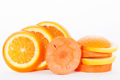 Skivor av apelsinen med skivor av moroten Royaltyfri Foto