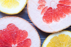 Skivor av apelsinen och grapefrukten Royaltyfri Bild