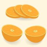 Skivor av apelsinen på en ljus bakgrund Arkivfoton