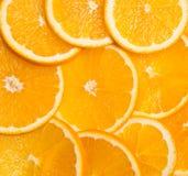 Skivor av apelsiner som läggas ut i formbakgrunden Royaltyfri Foto