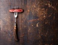 Skivor av biff Ribeye på köttgaffel Arkivfoto
