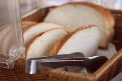 Skivor av bröd i en korg royaltyfri foto