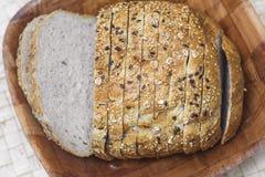 Skivor av bröd i korg Fotografering för Bildbyråer