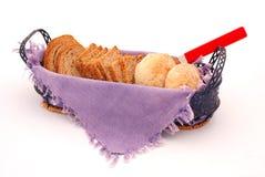 Skivor av bröd i korg Royaltyfri Fotografi