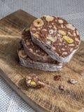 Skivor av chokladefterrätten med hasselnötter och pistascher Arkivbild