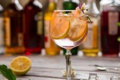 Skivor av citronen i dryck fotografering för bildbyråer