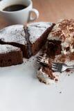 Skivor av den hemlagade chokladkakan Royaltyfri Foto