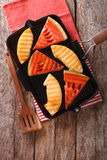 Skivor av den mogna vattenmelon och melon i en panna grillar closeupen Vert Royaltyfri Fotografi