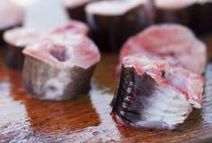 Skivor av den nya fisken på marknad Royaltyfria Bilder