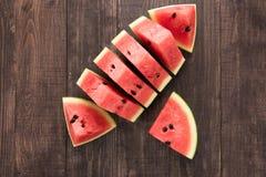 Skivor av den nya vattenmelon på träbakgrund Arkivfoto