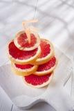 Skivor av den röda grapefrukten Arkivbild