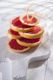 Skivor av den röda grapefrukten Royaltyfri Bild