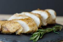 Skivor av det bakad och stekt kycklingbröstet som lagas mat med rosmarin royaltyfria foton
