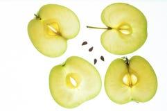 Skivor av det gröna äpplet med kärnor Royaltyfri Fotografi