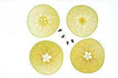 Skivor av det gröna äpplet med kärnor Royaltyfri Bild