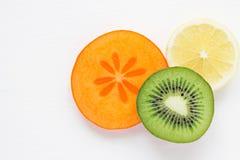 Skivor av frukt på vit bakgrund vitaminer Royaltyfri Bild