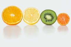Skivor av frukt på vit bakgrund vitaminer Royaltyfria Bilder