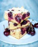 Skivor av hem- gjort smör körsbärsröd kaka med smulpajtoppning Royaltyfri Bild